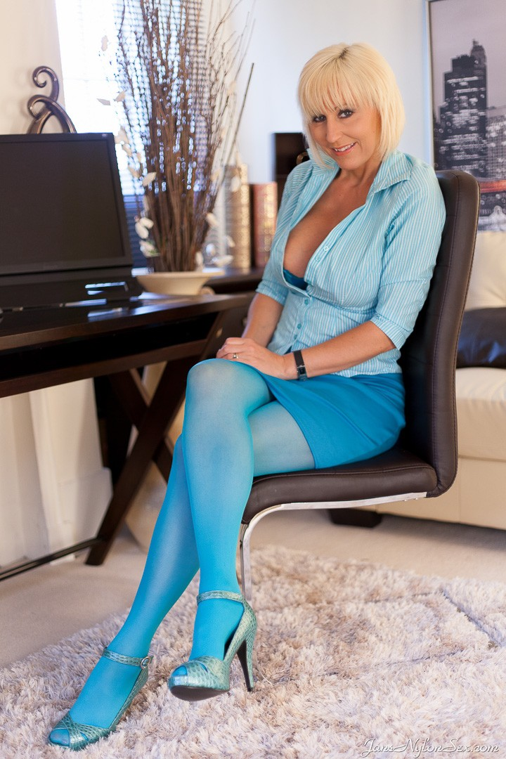 Jans Nylon Sex gallery – Jan Burton in Blue Stockings