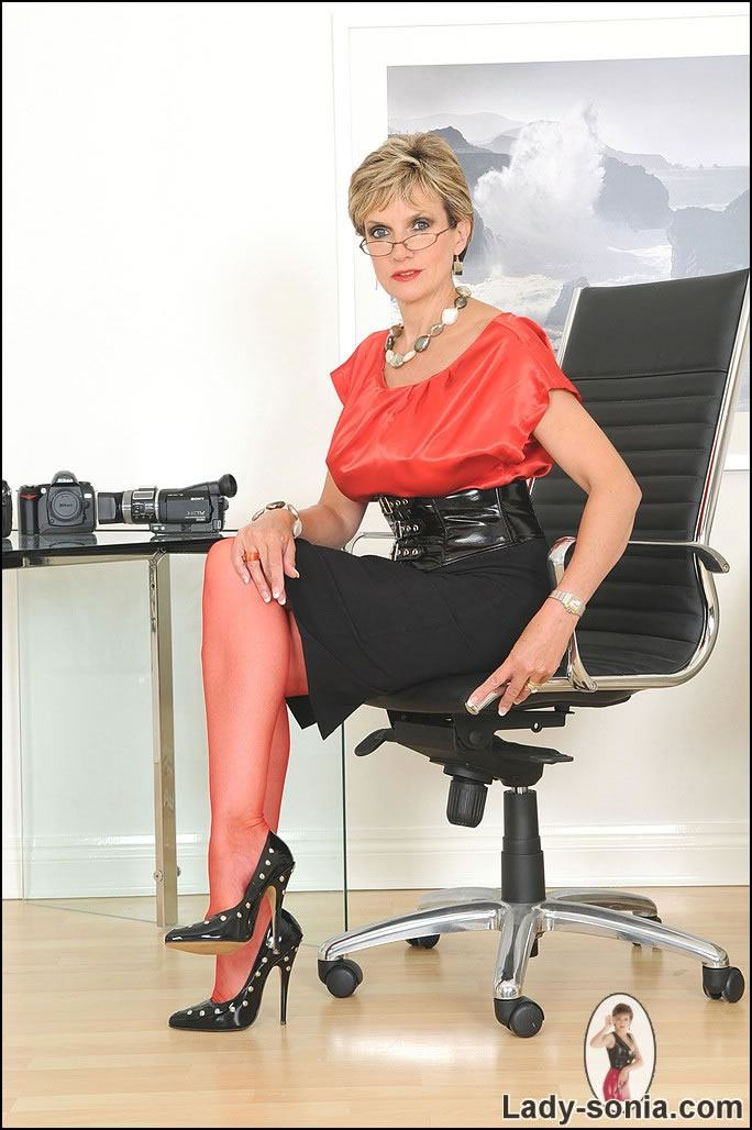 Lady Sonia pictures: Secretary in red stockings