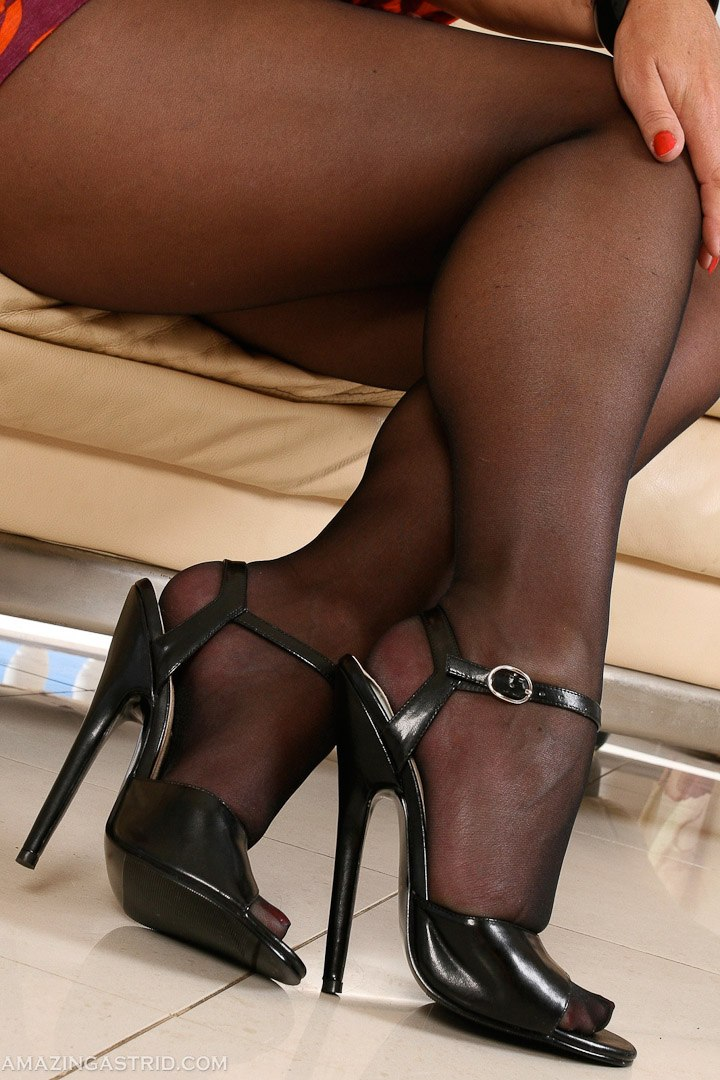 MILF in pantyhose – Amazing Astrid pictures