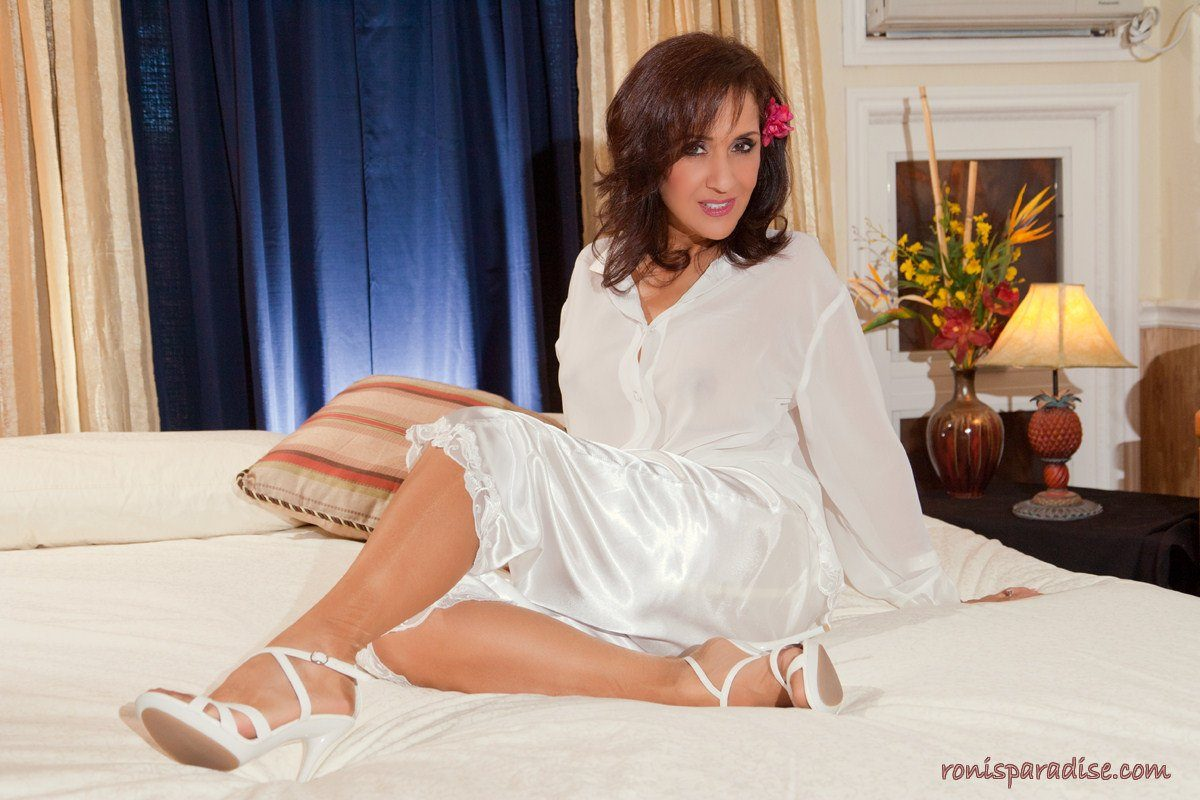 Roni naked on the bed – Roni's Paradise gallery