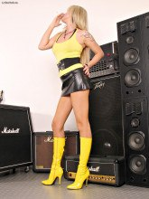 Latex boots, pantyhose, miniskirt - Sexy upskirt pictures